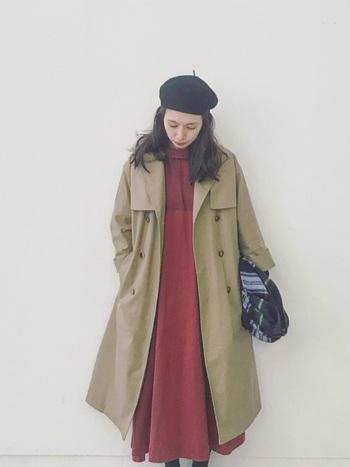 着るだけで目を惹く赤ワンピースに、トレンチコートとベレー帽をあわせてクラシカルなスタイルに。ワンピースに存在感がある分、上に羽織るものはシンプルでベーシックなデザインのものを選ぶと、コーデ全体がごちゃっとせずに洗練された着こなしになります。
