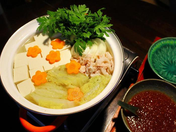 白菜を蒸し煮にして作った蒸し汁を利用した「ちり鍋」。 大根おろしと白だし、千鳥酢、レモン汁などでで味付けした「ちり酢」で味付けします。 ピリッと辛くて濃厚なスープが食欲をそそります。