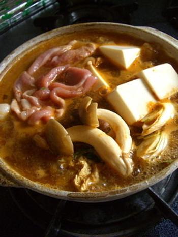 寒い日にたべたいのがピリ辛鍋♪ 出汁、味噌と豆板醤があれば簡単に本格的な辛口スープが出来上がります◎  辛いのがすきな方やとにかくあったまりたい方におすすめです。