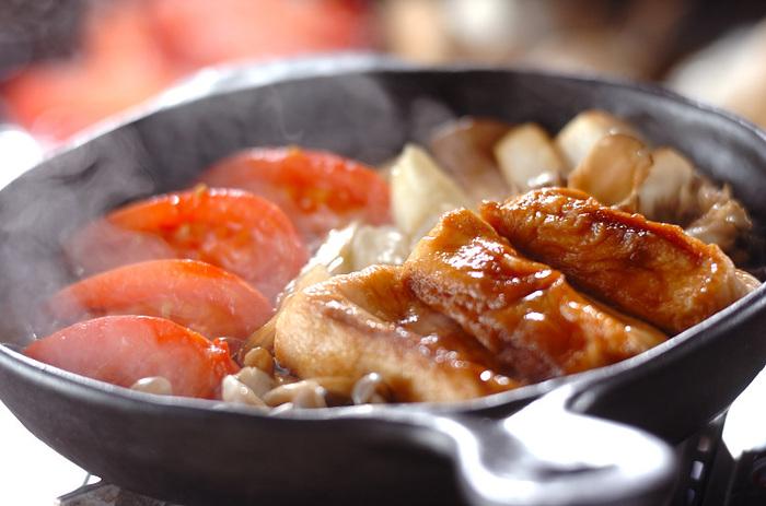 トマトが入ったヘルシーなすき焼きひとり鍋。実はお肉は入っていません。 お肉の代わりに麩を多めに入れ、食べ応えアップ。その他には、きのこ類やネギや卵をお好みで。  トマトのさっぱりした酸味とすき焼きの甘くて濃い味が美味しい♪ ダイエットしている方やヘルシー志向な方にもおすすめの一人鍋です。