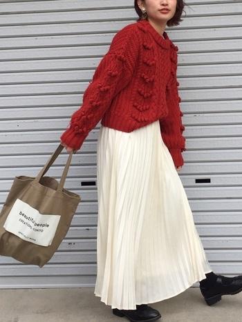 ポンポンのアクセントが目を惹く赤のニットは、思い切って一枚で着ちゃいましょう!ニットはボリュームがあり重く見えがちなので、長すぎない丈感のものを選ぶとバランスよく着こなせます◎白のプリーツスカートが軽さを演出してくれています。
