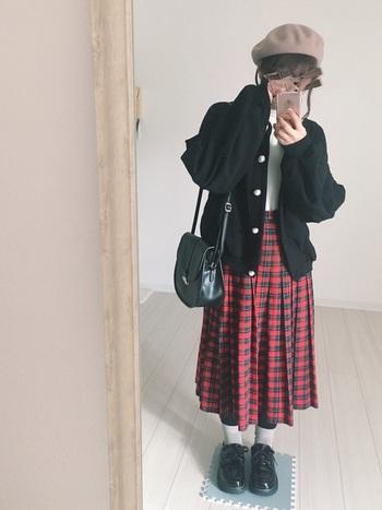 幼くなりがちな赤ベースのチェック柄スカートは、黒アイテムを多めに取り入れると、大人っぽく着こなせます。ショルダーバッグとベレー帽が、どこかレトロな雰囲気を感じさせます。