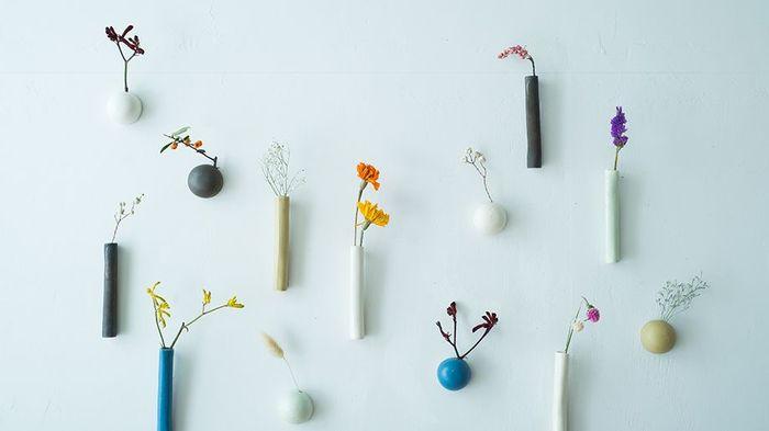 白い壁にかわいらしく花咲く、小さな壁付けの花瓶。【TUKUシリーズ】は、「うつわの魅力をより多くの方に知って欲しい」という想いから生まれたシリーズ。小ぶりでちょっとした隙間に取り付けられますし、ピン・花器・ドライフラワーがセットになっているのも嬉しいですよね。丸と筒の2種類で、5色も展開しています。手軽に壁面をかわいく出来るだけでなく、素敵な陶器を日常的に眺められます。