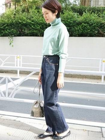 きれいなミントグリーンのタートルネックには、ハイウェスト&色落ちのないワイドデニムを合わせて、綺麗め×カジュアルのさじ加減を半々に。シルバーのバッグでコーデにアクセントをプラスするとこなれ感が出ます。