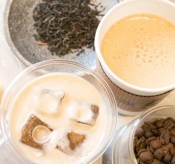 最近では、コンビニでも手軽に飲めるようになったバターコーヒー。ダイエット効果もあると言われていますが、シンプルにおいしく、暮らしをちょぴり豊かにしてくれる満足感のあるコーヒーなんです。