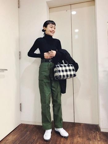 濃いカーキのカーゴパンツ。ギンガムチェックのバッグやイヤリング使いで女性らしさをプラスしていますが、カジュアルの代表格、カーゴパンツをよそゆきモードに着こなせているのは、何と言っても黒のタートルネックのおかげ。