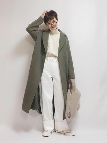 真っ白なワイドパンツの裾を1ロールアップして、絶妙カラーのカーキのロングコートを羽織る。これだけでパンツコーデが上品かつおしゃれに。ボアのバッグで遊び心もプラスしましょう!
