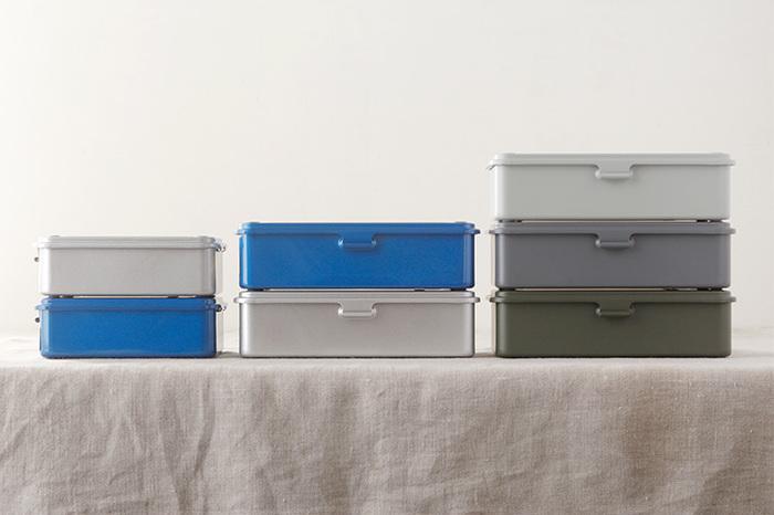 細々とした文房具や裁縫道具、救急セットを種類別に収納するのに便利なツールボックス。 色は4種類ありますが、色のトーンが同じなので統一感がありますね。 中身別に色分けして使うととても便利。 その上、積み重ねて使えるので場所をとらないのも嬉しいですね。