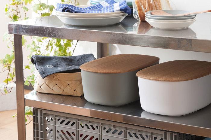 生活感を一気に隠してくれるようなフタ付きのブレッドボックスも見た目がスッキリで使いやすいアイテムです。 パンやお菓子の収納はもちろん、乾物やお茶など入れるのにもぴったり。