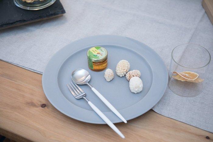 洗練された美しいデザインながらも決して料理や食器の邪魔をしない、むしろ不思議と引き立ててくれるような役割を担ってくれるクチポールのカトラリー。いつもの何気ない食卓が特別なものに感じさせてくれるようなカトラリーです。