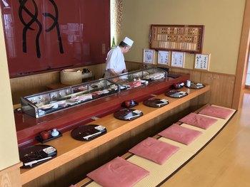 日本最高峰の味を堪能できるこの名店に来店した著名人は、ユーミン、筑紫哲也、倉本聰、中田英寿など多数。  それほどの名店でありながら、お昼のランチはおまかせ12貫6000円〜梅2200円とリーズナブルなのです。テーブル、カウンター席どれも畳敷きというユニークな「お座敷カウンター」で召し上がれ!