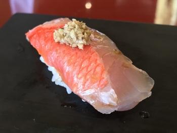 熊本市内から車で天草の海を目指して約2時間半。天草瀬戸大橋のほど近く、料理評論家の山本益弘さんが「日本三大鮨」に選んだという有名なお寿司屋さん。