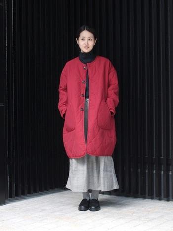 トレンドアイテムのノーカラー×キルティングのコート。あえて赤を選んで個性をプラスしてみてはいかがでしょう。コートが引き立つように、インナーは黒とグレーでまとめると◎