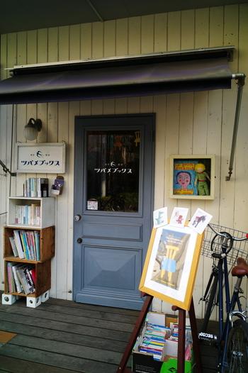 根津神社の目の前には可愛らしい本屋さん「ツバメブックス」も。 店内にはアンティーク雑貨や家具のほか、各国の絵本や国内外のアーティストの本が並びます。