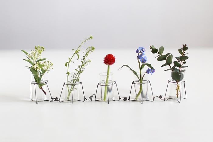 増田さんはワイヤー作家という一面もお持ちです。こちらの繊細なワイヤーと薄いガラスという組み合わせの愛らしい花器も増田さんの作品のひとつです。増田さんの手にかかると、お庭や道端に咲くちいさなお花でもこんなにもキュートに魅せることができるんです。