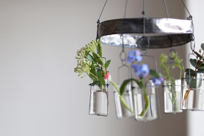 メリーゴーランドと名付けられたこちらの花器は、アンティーク風の佇まいがとても美しいですね。ゆらゆらと揺らめく絶妙なバランスにふと目が留まります。