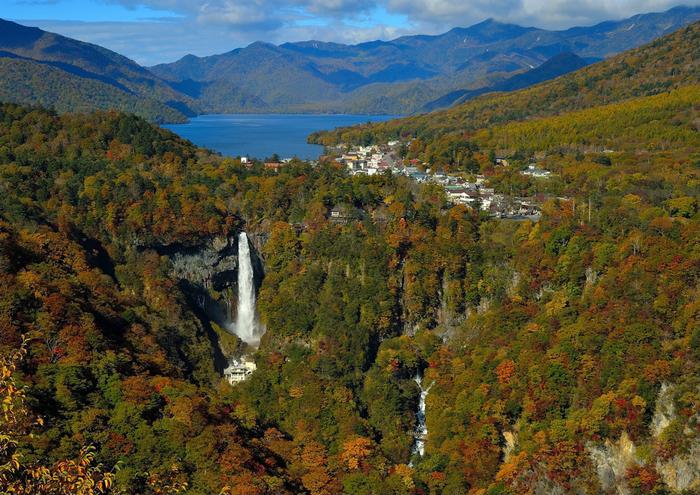 展望台から見えるのは、華厳の滝と中禅寺湖、そして男体山。日光を代表する名所が一望できます。特に美しい季節は、空気が澄んだ秋。紅葉とのコントラストも見事です。展望台から中禅寺湖までは遊歩道があるので、足に自信がある方は、約3時間の道のりを歩いてみてはいかがでしょうか?