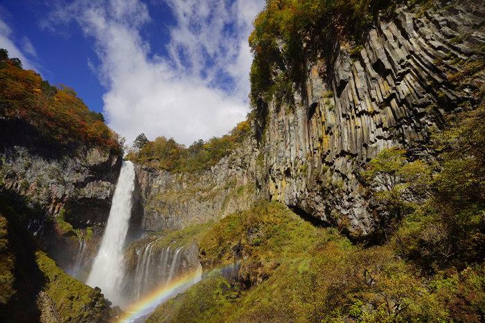中断からは「十二滝」と呼ばれる小さな滝も流れに加わります。晴れた日は虹がかかることもあり、絶好のフォトスポット。観瀑台右側に見える人が切り出したような岩壁は、「柱状節理」と呼ばれるもの。溶岩がゆっくり冷却する際、その体積が減少してできる規則的な割れ目のことで、天然記念物に指定されていています。滝だけでなく、周辺の自然の様子も必見です。
