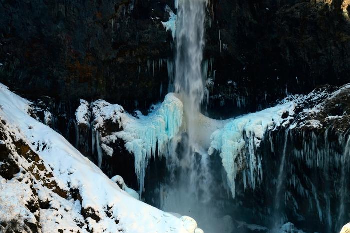 華厳の滝周辺はかなり気温が低いので、滝つぼの周辺が凍ることも。青く輝いて見えることから「ブルーアイス」と呼ばれています。冬は他の季節に比べると観光客が少なく、比較的ゆっくり見られるのも魅力。しっかりと防寒対策をして出かけましょう。