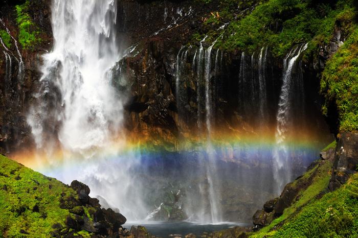 七色の虹と新緑のコントラストが、それぞれの美しさを引き立て合います。観瀑台に立つと水しぶきがかかることも。マイナスイオンを浴びて、気持ちをリフレッシュしましょう。