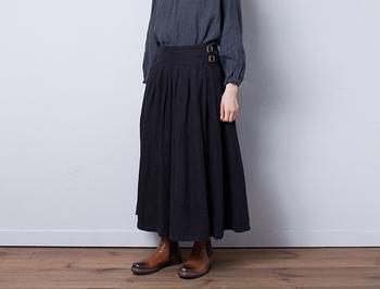 ヘンプリネンを使った二連ベルトの巻きスカートです。ギャザーを寄せ、美しいフレアが出るように調整されています。ふんわりとしたボリューム感があり、冬らしいアイテムになっています。