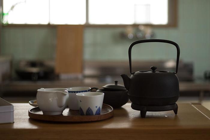 また、朝一番の白湯は体を中から温めてくれます。冷え性が改善され、血の巡りが良くなるなど、美容にも健康にも効果的です。