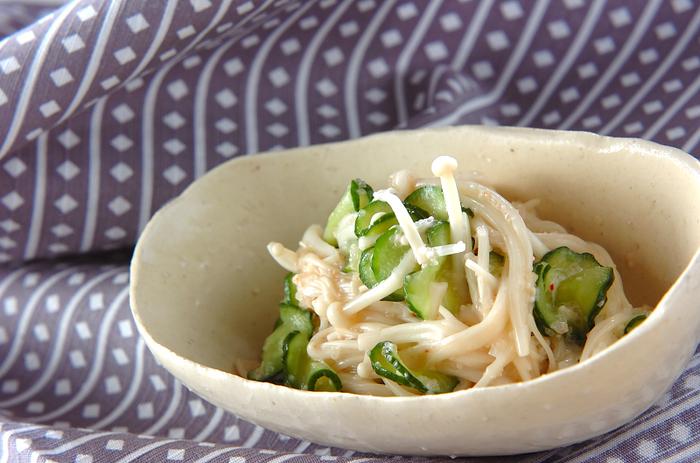 お料理作り初心者さんは、電子レンジもうまく活用すると手間が省けて便利です。こちらは、エノキに明太子などを混ぜてチンするだけの簡単料理。ピリ辛ですが、マヨネーズの風味でまろやかな口当たりです。