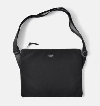 シンプルなバッグは飽きずに長く使えるのが◎マチなしですっきりとしたシルエット。