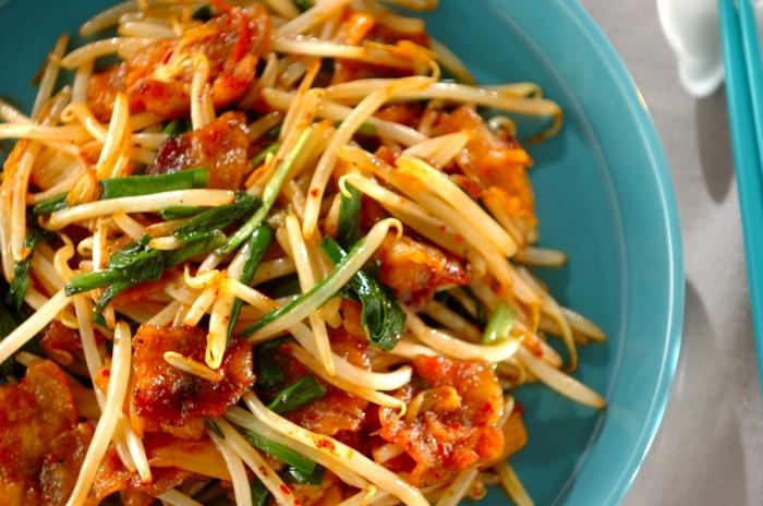 使う野菜はニラ・もやしですから切る手間も少なく、またキムチが入るのでうまみも抜群。簡単なのに、間違いのない味に仕上がります。フライパンひとつでできる、初心者におすすめの炒め物です。