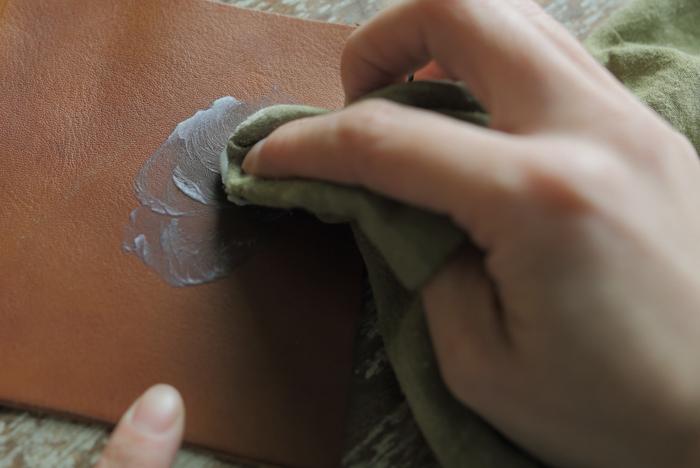 定期的なメンテナンス次第で、汚れ知らずの綺麗な状態をキープすることが可能です。 汚れの場合、ブラシや革用消しゴムなどで落とします。つい「後で…」としてしまいがちですが、汚れが気になったその日の内にケアするのがベストです。また、日頃のお手入れには、革用のクリームを塗って保湿をし、ツヤ出しクロスで乾拭き&ブラシをかけて余分なクリームを取るケアもおすすめです。ツヤが出て、汚れも付きにくくなりますよ。汚れ予防に、防水スプレーでケアするのもよいでしょう。フッ素系のスプレーがおすすめです。この場合、防水効果が落ちるまでは、革用クリームも馴染みにくいので、お手入れをするときは気をつけて。