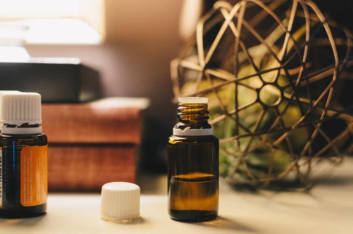 おすすめのアロマオイルは、レモン・オレンジ・グレープフルーツなどの柑橘系。ハンカチなどに一滴おとしたり、アロマディフューザーなどで部屋中に香りを充満させてもOKです。