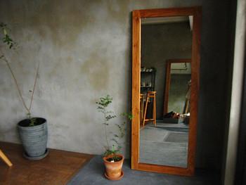 鏡を玄関に置くことでよくない気を跳ね返してくれるとは、スピリチュアリストの江原啓之さんの言葉。しかし、正面に鏡があると、良い運気も一緒に跳ね返ってしまいます。移動できないなら、前に観葉植物を置くなど工夫してみましょう。