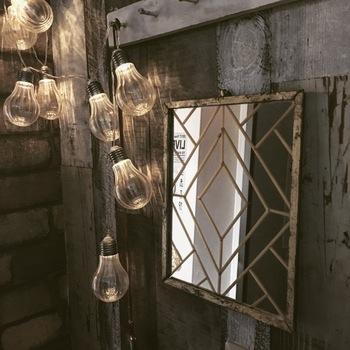 鏡にライトが映るようにすると、2倍明るい玄関に♪マンションなど、どうしても玄関が狭くなってしまうおうちでは、ぜひ取り入れたいアイディアです。