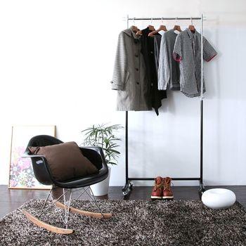 ポールの高さは50cm近く伸ばせるので、丈の長い服もスッキリ。下に物を置くスペースが生まれるので、さらに有効活用できますね。