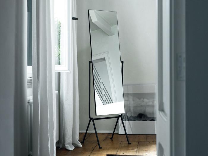 鏡の大きさしっかりと取ることで、空間を広く見せてくれる効果が。鏡にはあまりインテリアなど余計なものを映らないようにしたほうが、すっきりと広く見せることができますよ。
