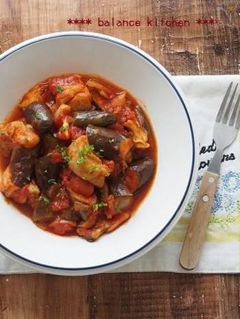 玉ねぎと鶏肉に焼き色を付けたら、あとはトマト缶やなすを加えて煮込むだけで、おしゃれなメイン料理になります。作り置きもできますので、少し多めに作っても大丈夫。