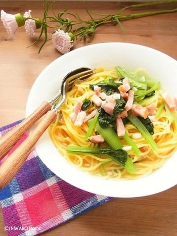 パスタですが、別ゆでしてお湯を捨てる手間がありません。野菜を炒め、スープを入れたら、パスタを加えて直接煮込みます。塩が入っていないパスタだからこそできる時短ワザです。
