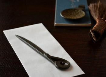 南部鉄器でできた鈴木盛久工房のペーパーナイフは、クラシカルなデザインと独特の錆色が魅力的。郵便物を開けたり、段ボールを開いたりするのにちょうどいいですよ。握りやすく使いやすい大きさで、ペーパーナイフが初めてという人にもおすすめです。