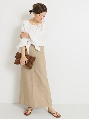 ベージュのロングスカートに、柔らか素材のブラウスをセレクトすればはいつもより少しだけドレッシーにも着こなすことができます。アクセサリーはゴールドで統一させると◎