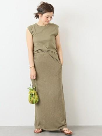 ストンとしたシルエットが印象的なベージュのタイトロングスカートは、同系色で細長シルエットを作ることでスタイルも良く洗礼された印象を与えてくれます。