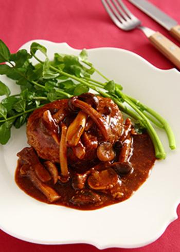 肉だねを丸めてフライパンで焼きます。両面に焼き色が付いたら、端に寄せてきのこを入れて炒め、赤ワインやデミグラスソースなどを投入。(市販のデミグラスソース缶を使えばより手軽に。)10分ほどでレストランのような豪華な煮込みハンバーグが完成します。