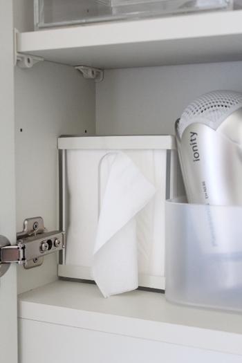 洗面台もティッシュをよく使いたいところです。引き出しに収納すると生活スペースの邪魔にならず、すっきり。こちらは無印良品のアクリルティッシュケースを、蓋部分が倒れないようにゴムバンドで押さえているそう。ちょっとしたアイディアで、立て掛ける収納に変身です。