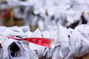 根津神社のおみくじは、なんと小槌を振って出た番号のおみくじを引くというもの。結果はどうであれ、カヤの木の周りにおみくじを結んで良き年を祈願できるので安らかな気分になれそう。  お守りも何種類かありますが、特に人気なのが「月次花御札(つきなみはなみふだ)」。月替りの絵が描かれた木の札で、12ヶ月分の12種類+薬玉柄の計13種類もあるそう。とても可愛らしい見た目ですが、家の邪気を祓ってくれる頼もしいお守りなんですよ。