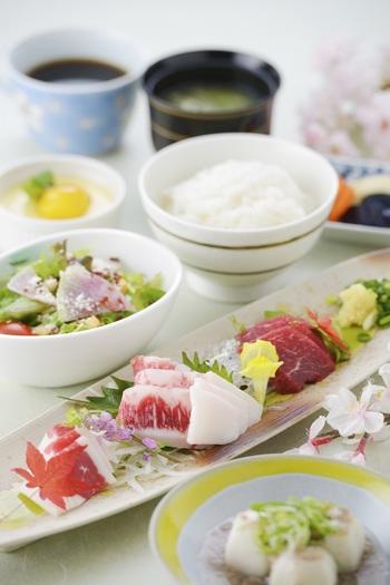 夜は5,000円代の菅乃屋のお料理も、お昼は馬刺し四種の食べ比べができる「馬刺しコース」が2,800円〜とリーズナブルです。