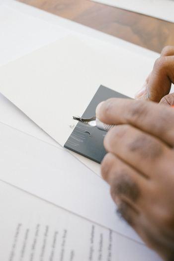名前の通り、ベースとなるのは厚紙です。1mm、2mm、3mmなど…作りたいアイテムに適した厚みを選びましょう。ホームセンターやネット通販などで工作用の厚紙が販売されていますよ。