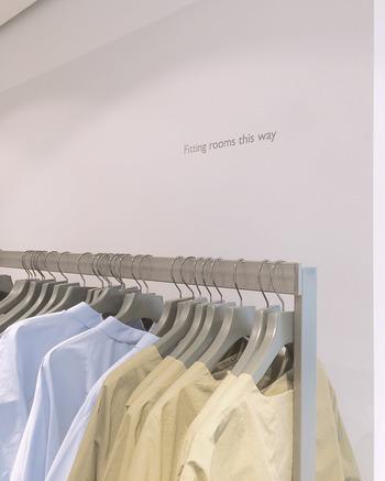 洋服のお買い物での究極の賢い方法とは、「また同じ服を買えるのか?」ではないでしょうか。今、お気に入りで着ている服を着古したときに、同じ服が欲しいかという点にこだわると、賢いお買い物ができるのでは。