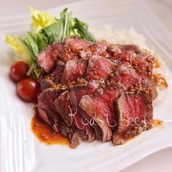 フライパンとアルミホイルがあればOKの簡単ローストビーフ。牛肉のかたまり肉の表面にフライパンで焼き色を付け、ほんの短時間蒸し焼きに。あとは、アルミホイルで二重にくるみ、タオルなどで包んで熱を閉じ込めます。人気のローストビーフ丼も自宅で楽しめますね。