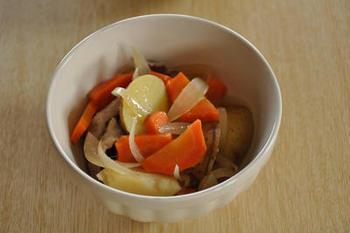 野菜を切って、めんつゆと水を加え、電子レンジで加熱するだけで、誰もが大好きな肉じゃがが簡単にできます。野菜の大きさをそろえて少し小さめに切ると、熱が均一に通りやすく味もよくしみます。