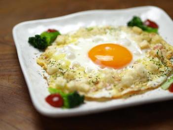 定番の目玉焼きも、チーズやベーコン、クルトンを加えることで、サクサクと食感も楽しい贅沢な一品に。手間なしで朝食をアップグレードできますよ。