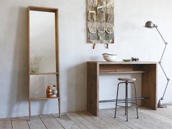 賃貸など、壁を傷つけるのはちょっと…というおうちには、壁に立て掛けるタイプの鏡がおすすめです。小さな棚が付いているので、鍵や印鑑などを置いておくのにも使えて便利!